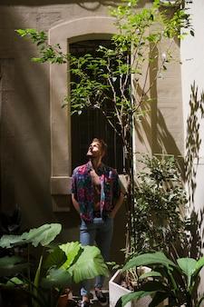 Tiro longo, retrato homem, com, plantas
