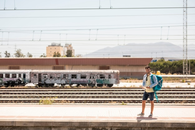 Tiro longo, sorrindo, homem, esperando, para, trem