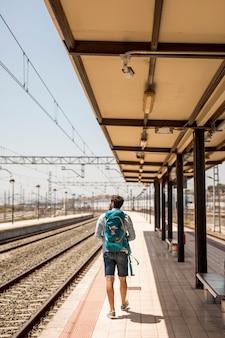 Tiro longo, viajante, em, trem, estação
