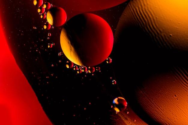 Tiro macro de bolhas de óleo com água no colorido