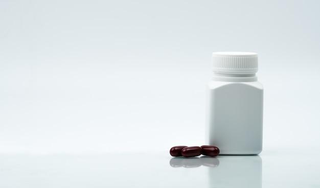 Tiro macro de cápsulas multivitaminas cápsulas e garrafa de plástico fechada com espaço em branco, etiqueta e cópia