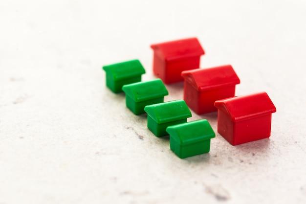 Tiro macro de casas de plástico em miniatura