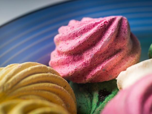 Tiro macro de doces coloridos de merengue
