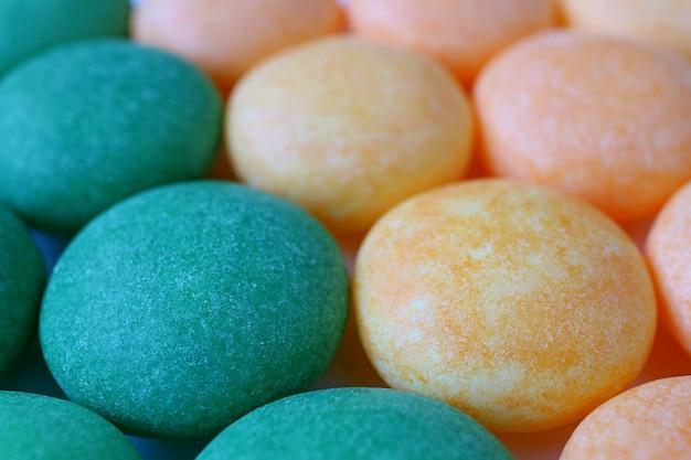 Tiro macro de doces redondos revestidos do açúcar delicioso.