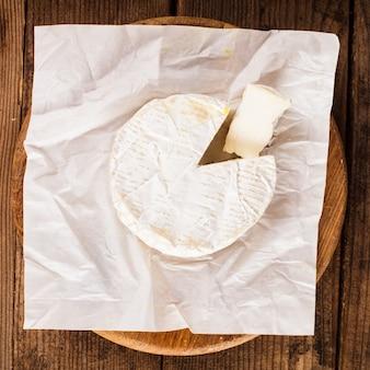 Tiro macro de fatia de queijo camembert. dof raso