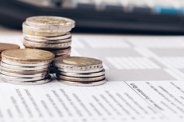 Tiro macro de moedas irreconhecíveis empilhadas
