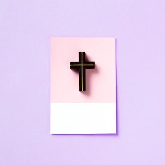 Tiro macro de um pequeno pingente de cruz