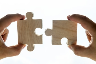 Tiro macro do conceito de trabalho em equipe de quebra-cabeças