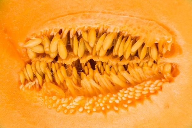 Tiro macro do pano de fundo amarelo sementes de melão almiscarado