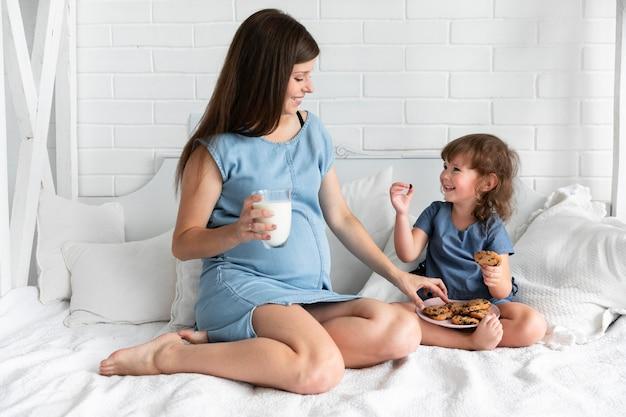 Tiro, mãe filha, comer, chocolate, biscoitos