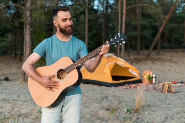 Tiro médio, acampamento, homem, violão jogo