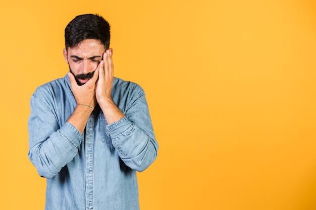 Tiro médio cara experimentando dor de dente