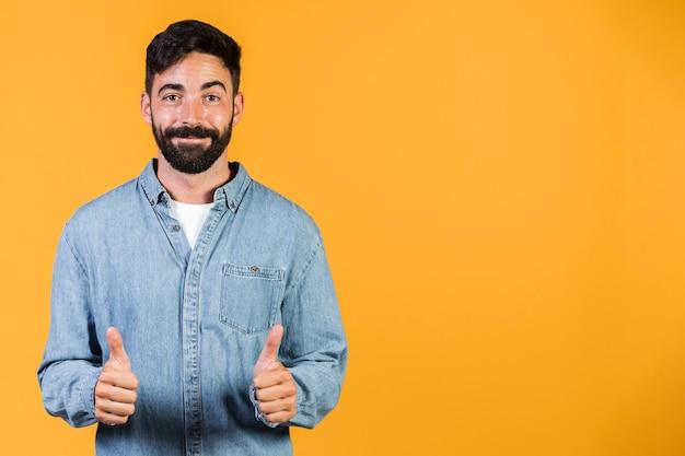Tiro médio cara segurando os polegares