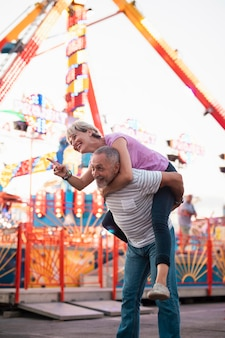 Tiro médio casal feliz ao ar livre