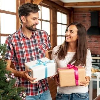 Tiro médio casal feliz com presentes