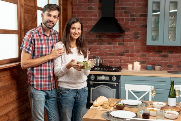 Tiro médio casal feliz com uma tigela de comida
