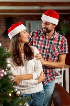 Tiro médio casal feliz olhando um ao outro