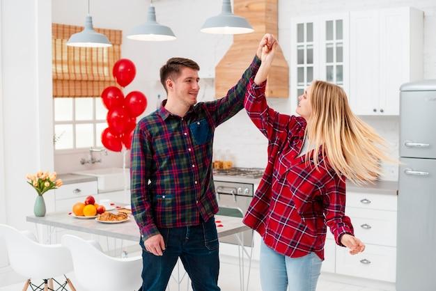 Tiro médio casal feliz se divertindo juntos