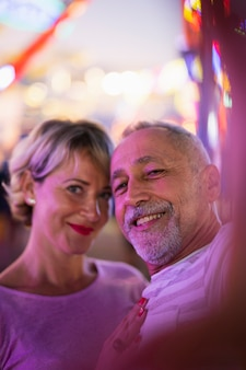 Tiro médio casal feliz selfie