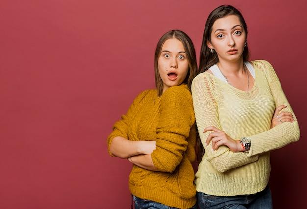 Tiro médio chocado meninas com cópia-espaço