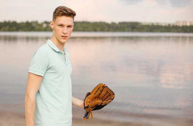 Tiro médio, com, luva baseball, perto, a, lago