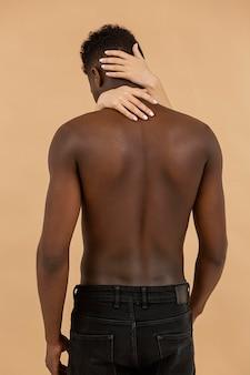 Tiro médio com mãos segurando a visão traseira do homem