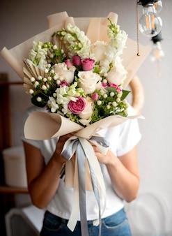 Tiro médio com mãos segurando flores