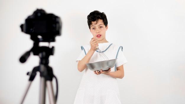 Tiro médio criança cozinhar