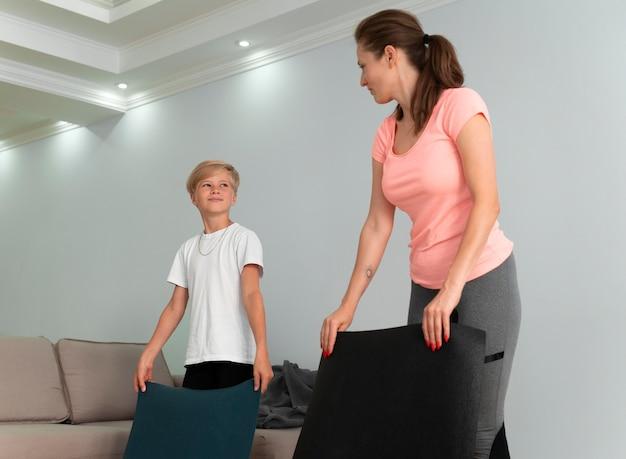 Tiro médio, criança e mulher dentro de casa