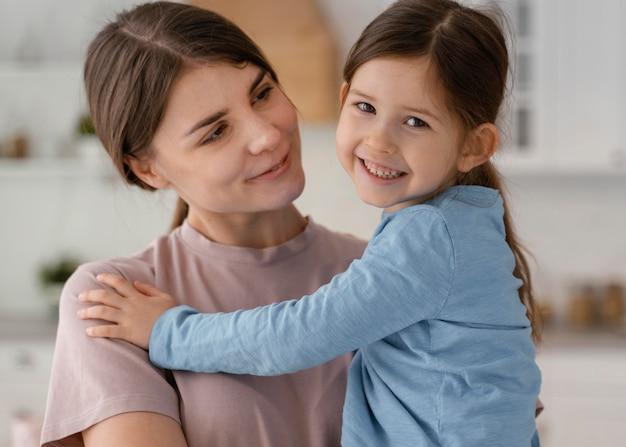 Tiro médio, criança e mulher posando