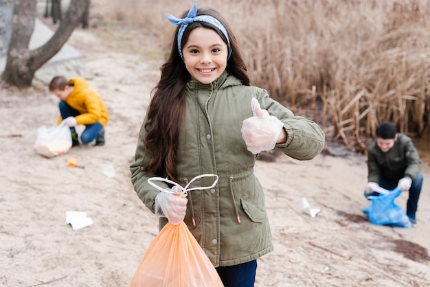 Tiro médio da menina com saco de plástico