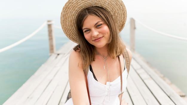 Tiro médio da mulher do smiley que levanta