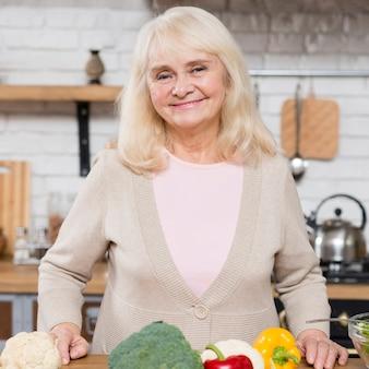 Tiro médio da mulher idosa sorrindo