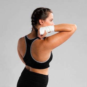 Tiro médio da mulher vestindo roupas de fitness