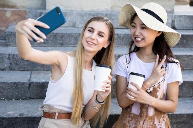 Tiro médio, de, diverso, amigos, levando, selfie