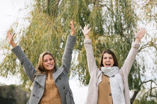 Tiro médio, de, dois, excitado, mulheres, parque