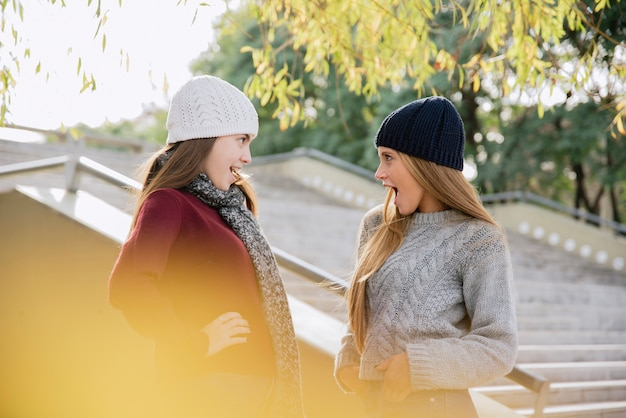 Tiro médio, de, dois, mulheres jovens, olhando um ao outro