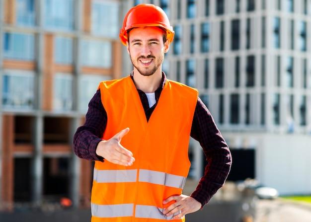 Tiro médio, de, engenheiro, oferecendo, aperto mão