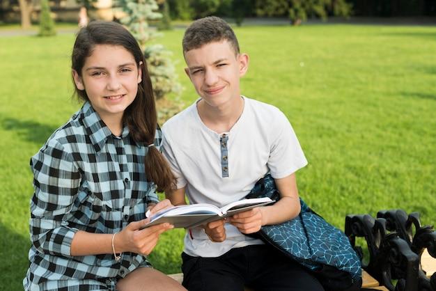 Tiro médio, de, highschool, amigos, compartilhar um livro, ligado, banco