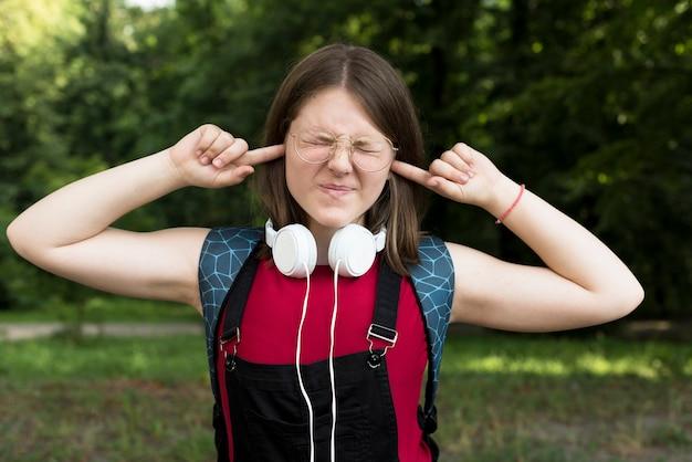 Tiro médio, de, highschool, menina, cobertura, dela, orelhas