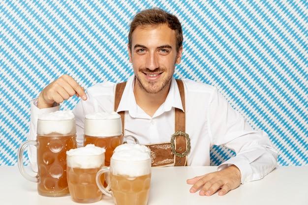 Tiro médio, de, homem, com, loira, cerveja, pints