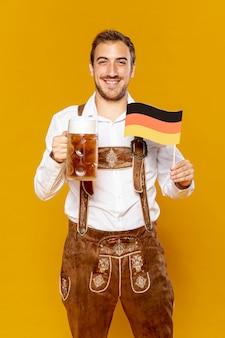 Tiro médio, de, homem, com, pinta cerveja