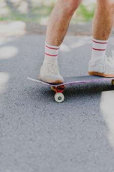 Tiro médio, de, homem, ligado, skateboard