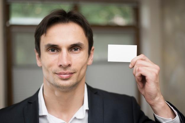 Tiro médio, de, homem, segurando, cartão negócio
