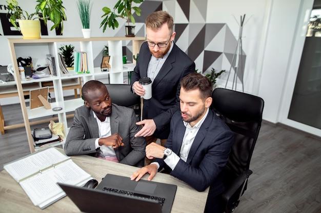 Tiro médio de homens de negócios