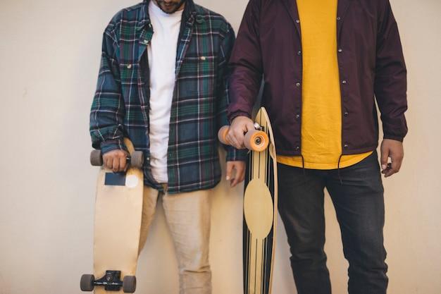 Tiro médio, de, homens, segurando, skates