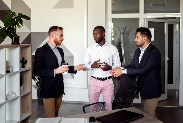 Tiro médio de homens trabalhando juntos
