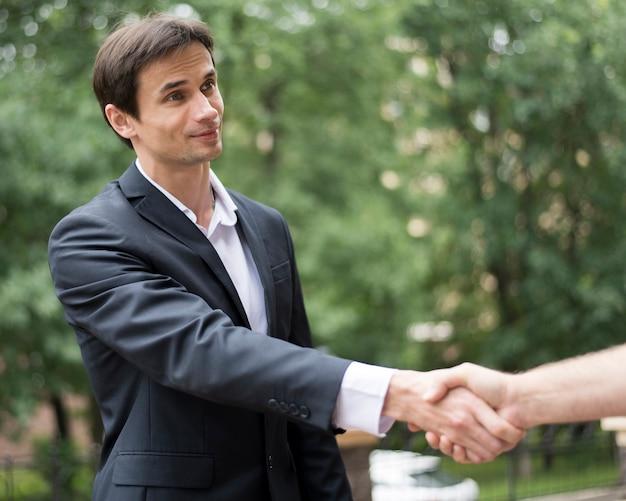 Tiro médio, de, men, apertar mão