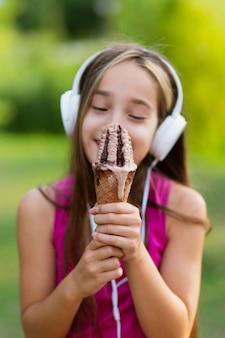 Tiro médio, de, menina, com, casquinha sorvete