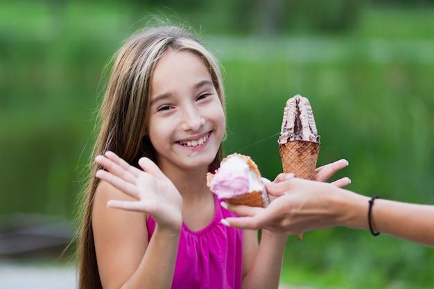 Tiro médio, de, menina, comer, sorvete